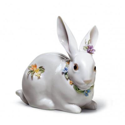 Внимательный кролик с цветами