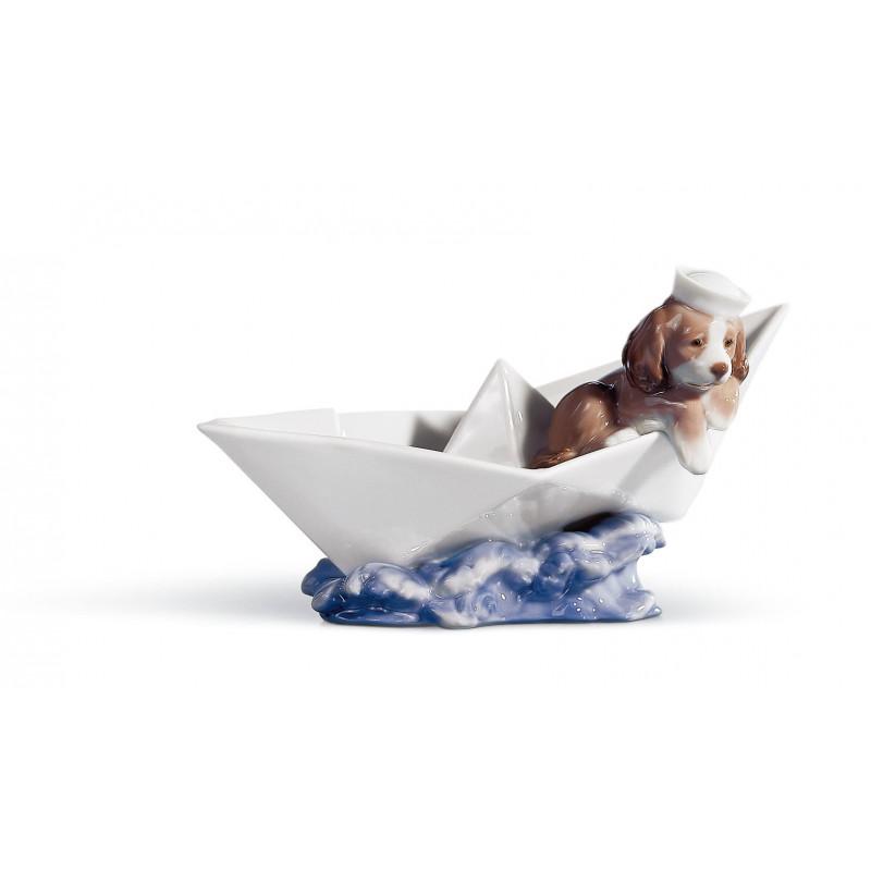 Маленький Моряк-Щенок в бумажном кораблике